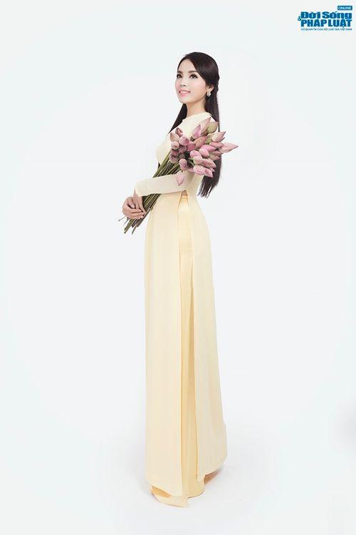 Hoa hậu Nguyễn Cao Kỳ Duyên diện áo dài e ấp bên hoa sen - Ảnh 5