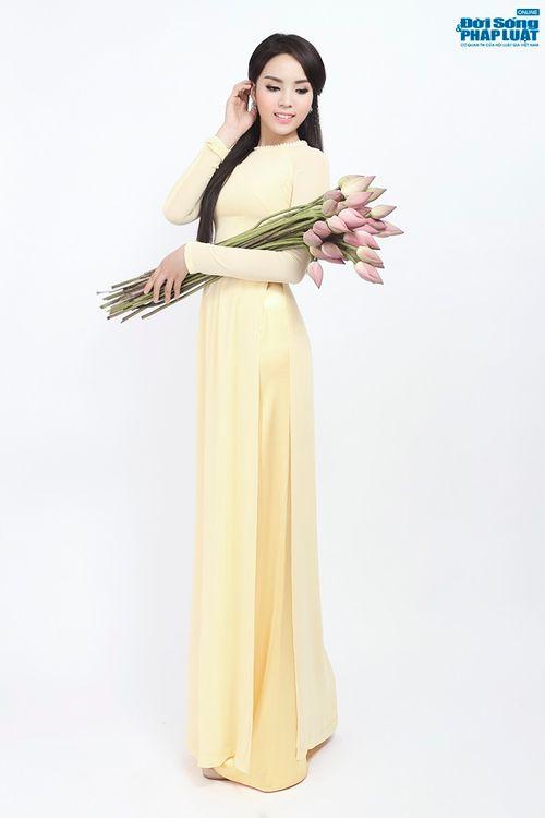 Hoa hậu Nguyễn Cao Kỳ Duyên diện áo dài e ấp bên hoa sen - Ảnh 6
