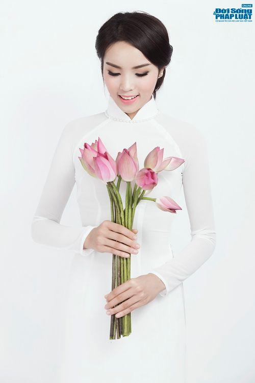 Hoa hậu Nguyễn Cao Kỳ Duyên diện áo dài e ấp bên hoa sen - Ảnh 3