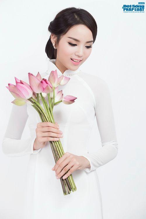 Hoa hậu Nguyễn Cao Kỳ Duyên diện áo dài e ấp bên hoa sen - Ảnh 4