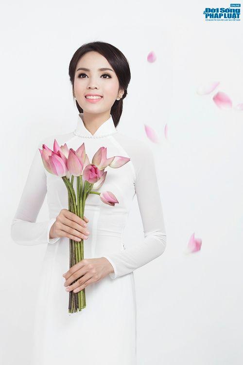 Hoa hậu Nguyễn Cao Kỳ Duyên diện áo dài e ấp bên hoa sen - Ảnh 2