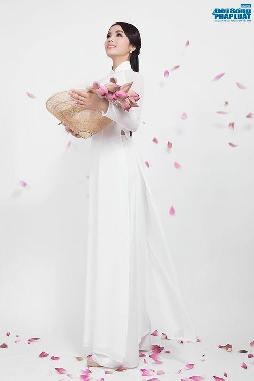 Hoa hậu Nguyễn Cao Kỳ Duyên diện áo dài e ấp bên hoa sen - Ảnh 1