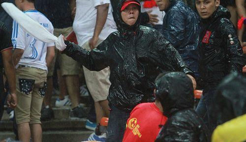 CĐV Việt Nam bị fan cuồng Malaysia đánh chảy máu đầu - Ảnh 2