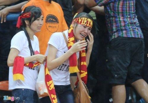 CĐV Việt Nam bị fan cuồng Malaysia đánh chảy máu đầu - Ảnh 3