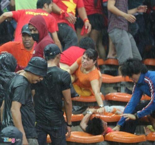 CĐV Việt Nam bị fan cuồng Malaysia đánh chảy máu đầu - Ảnh 4