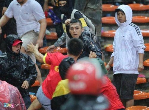 CĐV Việt Nam bị fan cuồng Malaysia đánh chảy máu đầu - Ảnh 5