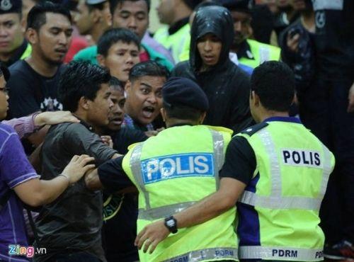 CĐV Việt Nam bị fan cuồng Malaysia đánh chảy máu đầu - Ảnh 6