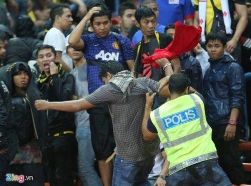 CĐV Việt Nam bị fan cuồng Malaysia đánh chảy máu đầu - Ảnh 7