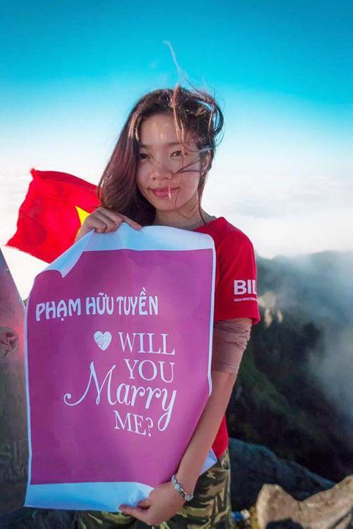 Xôn xao cô gái 9X cầu hôn bạn trai trên đỉnh Fansipan - Ảnh 1