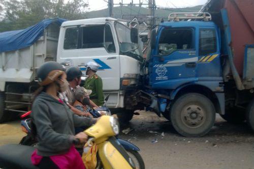 Bình Định: 3 xe tải đấu đầu, giao thông ách tắc nghiêm trọng - Ảnh 1