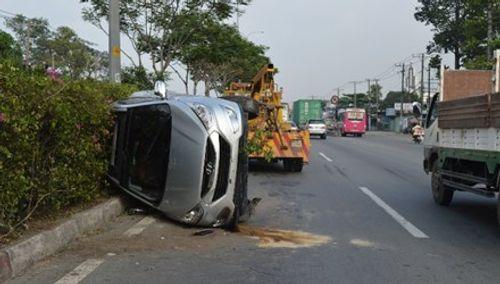 TP. HCM: Ô tô lật nhào 180 độ, 5 người bị thương - Ảnh 1