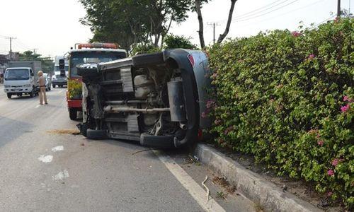 TP. HCM: Ô tô lật nhào 180 độ, 5 người bị thương - Ảnh 2