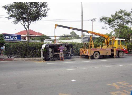 TP. HCM: Ô tô lật nhào 180 độ, 5 người bị thương - Ảnh 3