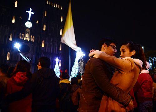 Các cặp đôi chụp ảnh, hôn nhau trong đêm Giáng sinh an lành - Ảnh 1