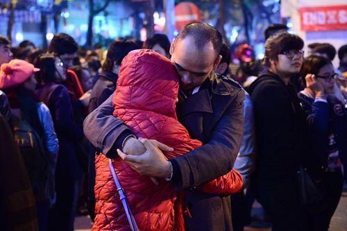 Các cặp đôi chụp ảnh, hôn nhau trong đêm Giáng sinh an lành - Ảnh 3