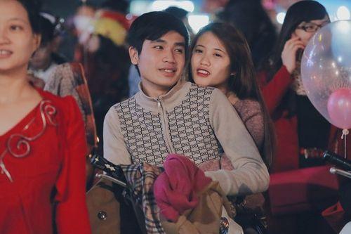 Các cặp đôi chụp ảnh, hôn nhau trong đêm Giáng sinh an lành - Ảnh 5
