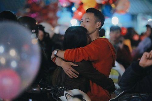 Các cặp đôi chụp ảnh, hôn nhau trong đêm Giáng sinh an lành - Ảnh 6