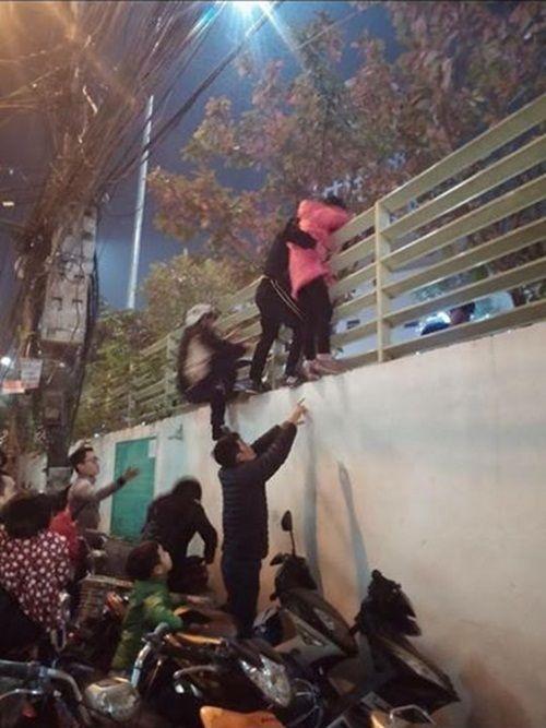 """Cảnh trèo tường """"thoát thân"""" đêm Noel ở Hà Nội gây tranh cãi - Ảnh 1"""