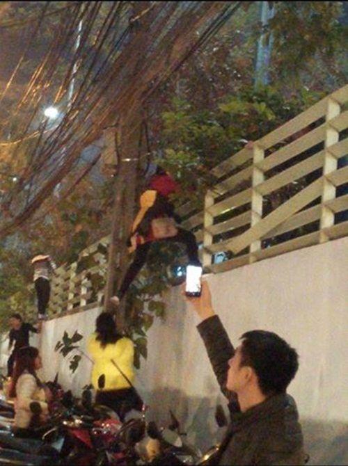"""Cảnh trèo tường """"thoát thân"""" đêm Noel ở Hà Nội gây tranh cãi - Ảnh 2"""