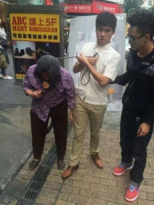 Sự thật đằng sau bức ảnh con xích cổ mẹ già dắt đi dạo phố - Ảnh 2