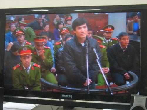 Toàn cảnh ngày đầu tiên xét xử Dương Tự Trọng - Ảnh 8