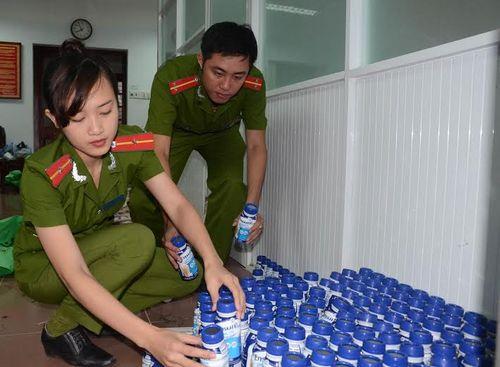 Bắt giữ xe ô tô vận chuyển hàng lậu từ Lào về Huế tiêu thụ - Ảnh 1