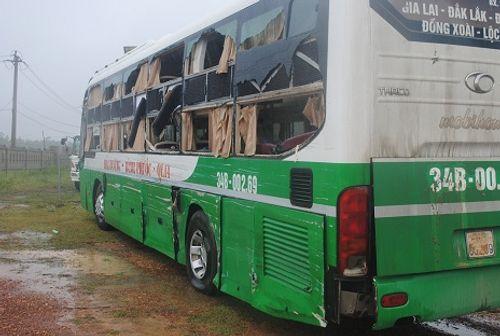 Xe khách tông nát đầu xe tải, hơn 30 người thoát nạn trong gang tấc - Ảnh 2