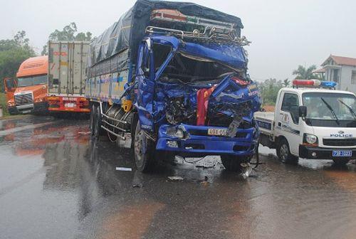 Xe khách tông nát đầu xe tải, hơn 30 người thoát nạn trong gang tấc - Ảnh 1