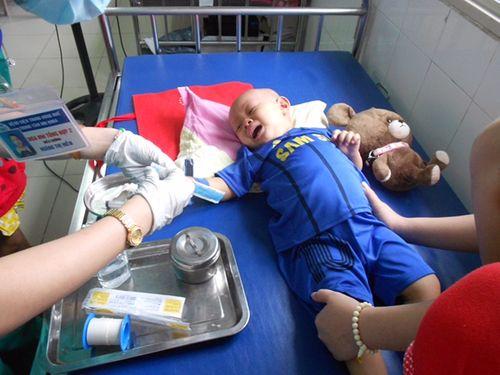 Nghẹn lòng bé trai 2 tuổi chiến đấu với bệnh ung thư máu - Ảnh 1