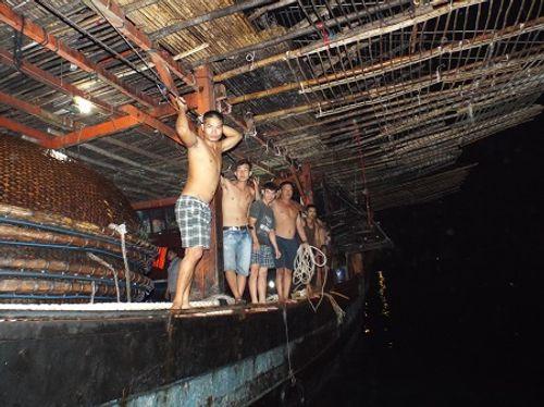 Lai dắt thành công tàu cá hỏng máy ở Trường Sa cùng 38 ngư dân - Ảnh 1