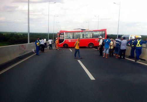 Ôtô tuột dốc đâm liên hoàn trên cao tốc, 13 người bị thương - Ảnh 1