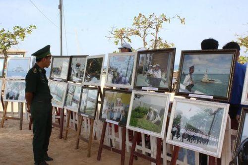 Quảng Trị: Hàng ngàn người tham gia triển lãm ảnh tuyên truyền về biển đảo - Ảnh 2