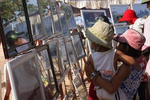 Quảng Trị: Hàng ngàn người tham gia triển lãm ảnh tuyên truyền về biển đảo - Ảnh 3