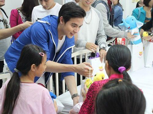 Hotboy Thái james Jirayu thăm trẻ em bệnh tim ở Việt Nam - Ảnh 2
