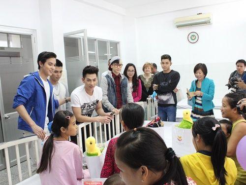 Hotboy Thái james Jirayu thăm trẻ em bệnh tim ở Việt Nam - Ảnh 3