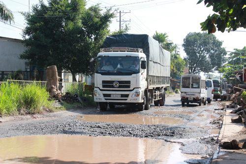 """Đồng Nai: Đường biến thành """"ao"""" vì xe quá tải - Ảnh 1"""