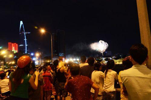 TP. HCM bắn pháo hoa chào mừng ngày giải phóng - Ảnh 2