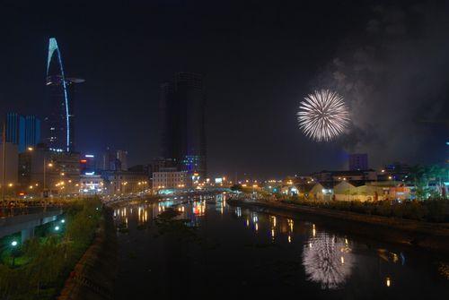 TP. HCM bắn pháo hoa chào mừng ngày giải phóng - Ảnh 8