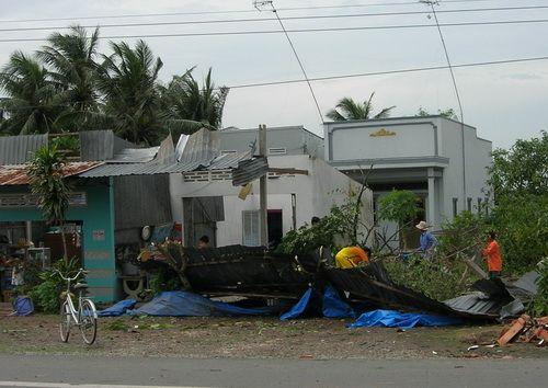 Lốc xoáy làm tốc mái hàng trăm ngôi nhà ở Sóc Trăng - Ảnh 1