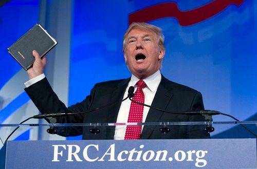 Hai cuốn Kinh Thánh sẽ được Donald Trump dùng để tuyên thệ tổng thống - Ảnh 1