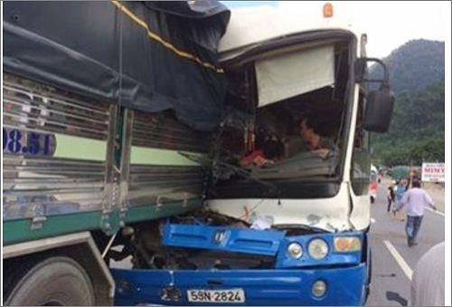 Xe tải rơi xuống vực sau tai nạn nghiêm trọng trên đèo Bảo Lộc - Ảnh 1
