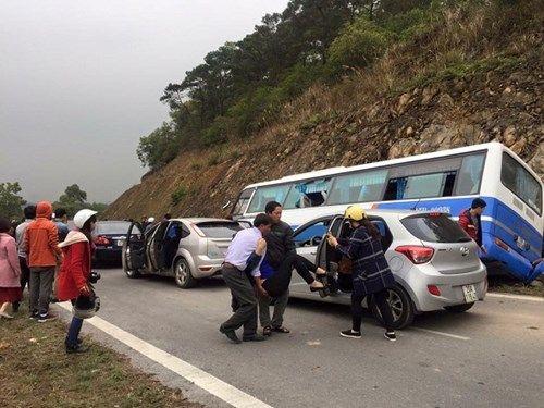 Xe khách bất ngờ đâm vách núi, nhiều người thương vong - Ảnh 1