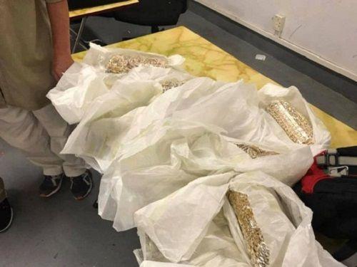 5 đối tượng quấn 30 kg vàng quanh người từ Hồng Kông về Việt Nam - Ảnh 1