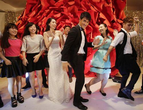 Hình ảnh Công Vinh trao Thủy Tiên nụ hôn ngọt ngào trong đám cưới - Ảnh 6