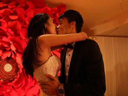 Hình ảnh Công Vinh trao Thủy Tiên nụ hôn ngọt ngào trong đám cưới - Ảnh 9