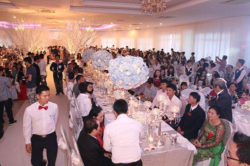 Hình ảnh Công Vinh trao Thủy Tiên nụ hôn ngọt ngào trong đám cưới - Ảnh 1