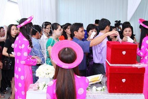 Hình ảnh Công Vinh trao Thủy Tiên nụ hôn ngọt ngào trong đám cưới - Ảnh 3