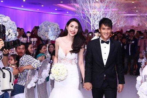 Hình ảnh Công Vinh trao Thủy Tiên nụ hôn ngọt ngào trong đám cưới - Ảnh 2