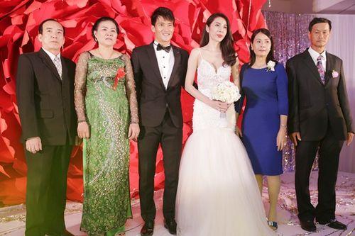 Hình ảnh Công Vinh trao Thủy Tiên nụ hôn ngọt ngào trong đám cưới - Ảnh 5