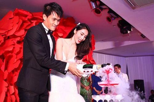 Hình ảnh Công Vinh trao Thủy Tiên nụ hôn ngọt ngào trong đám cưới - Ảnh 4